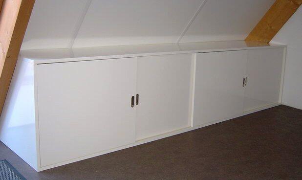 Kast met schuifdeurtjes onder het schuine dak