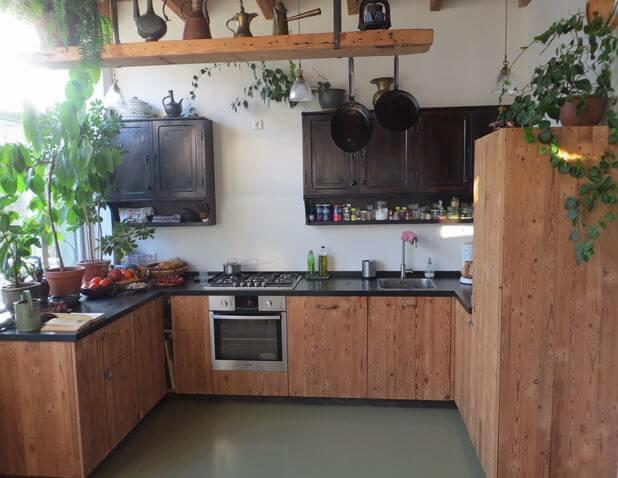 Keuken van gerecycled hout met granieten aanrecht - Beeld van eigentijdse keuken ...