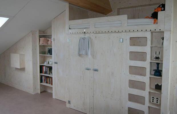 Scheidingswand met kastruimte, hoogslaper, logeerbed en wastafel